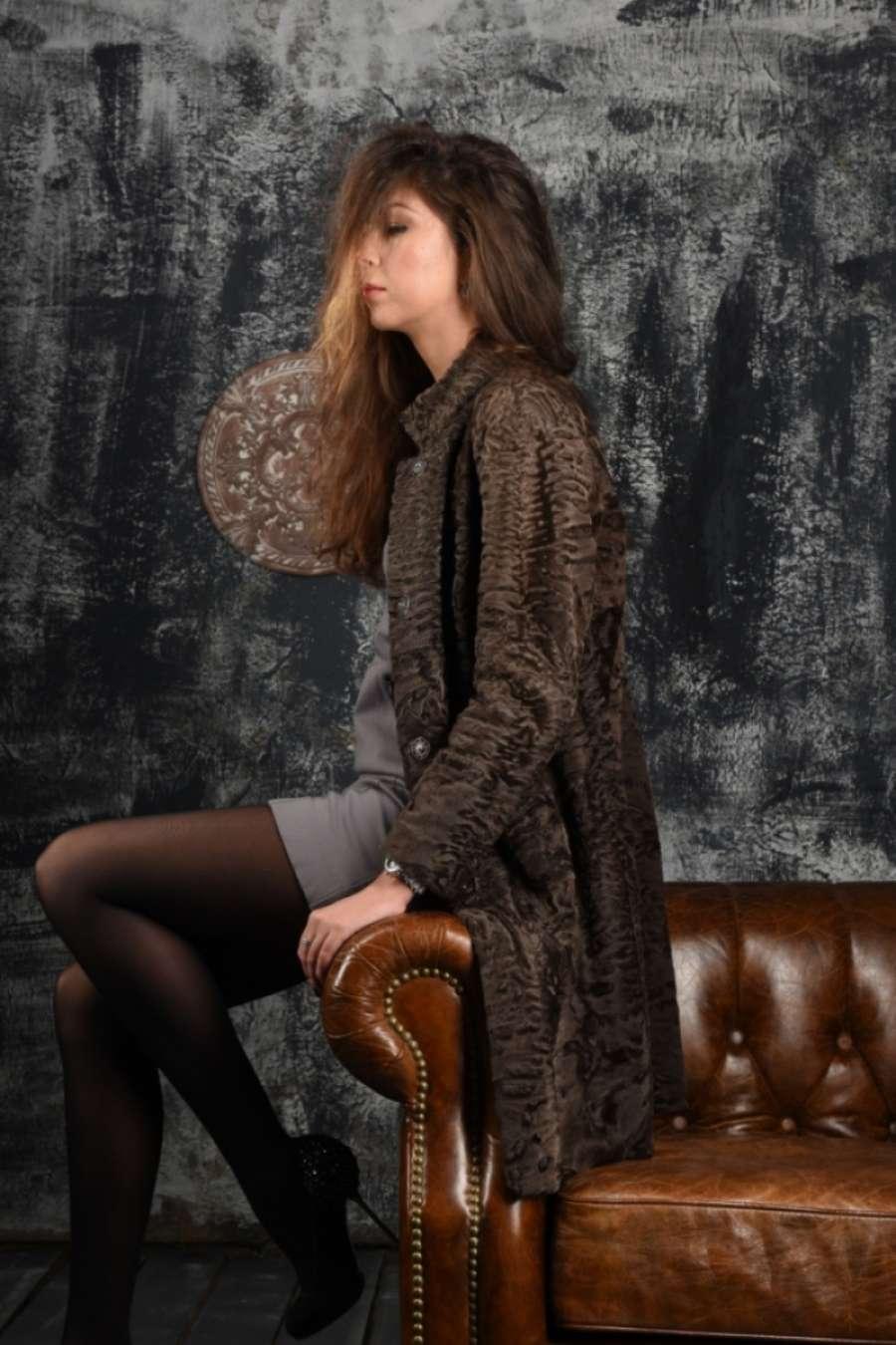 Пальто из каракульчи сур